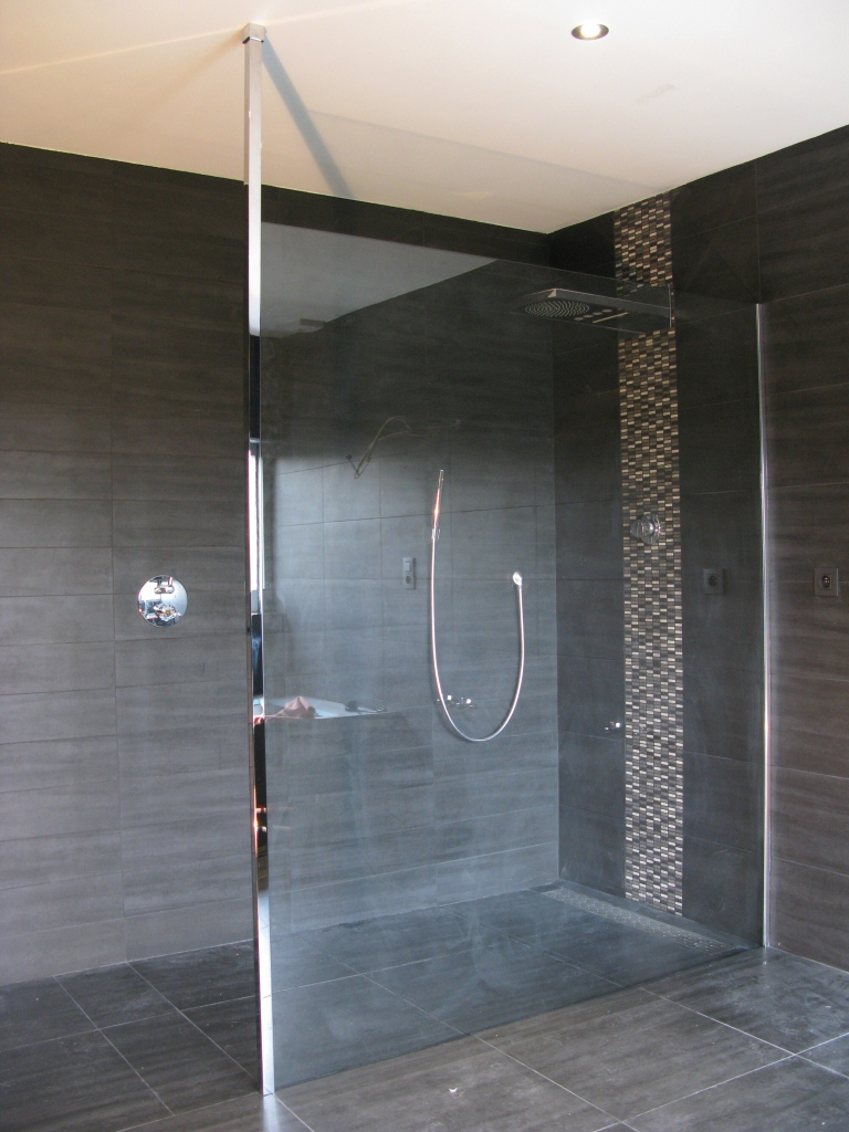 cabines et paroi de douche baignoires le volet menuiserie en aluminium. Black Bedroom Furniture Sets. Home Design Ideas